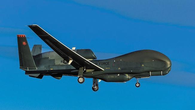 Наиболее часто «Альтиус-У» сравнивают со сверхтяжёлым американским беспилотником RQ-4 Global Hawk.
