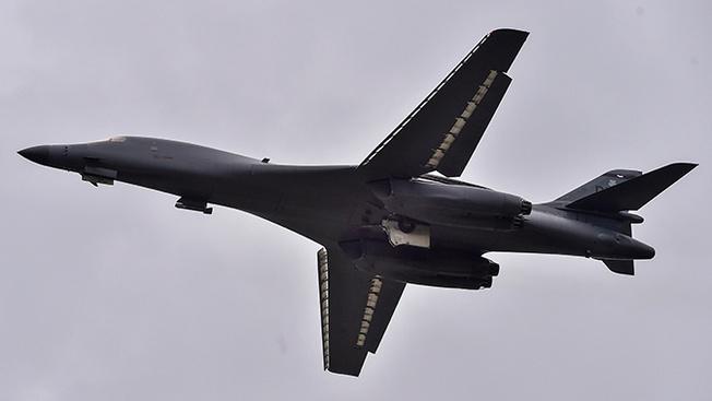 Американский сверхзвуковой стратегический бомбардировщик-ракетоносец B1B Lancer.
