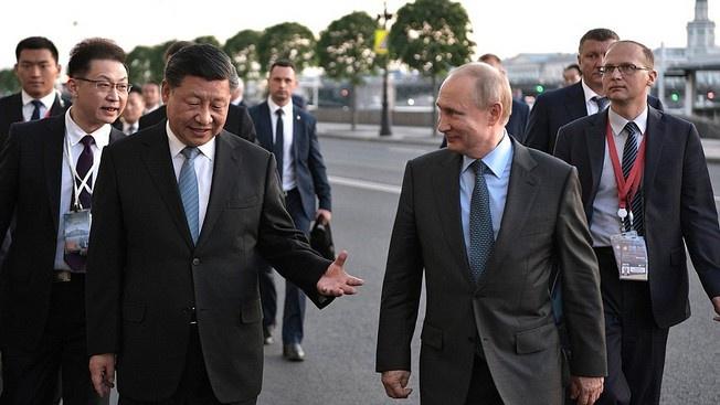 Глава России Владимир Путин и председатель КНР Си Цзиньпин во время Петербургского экономического форума 2019 г.