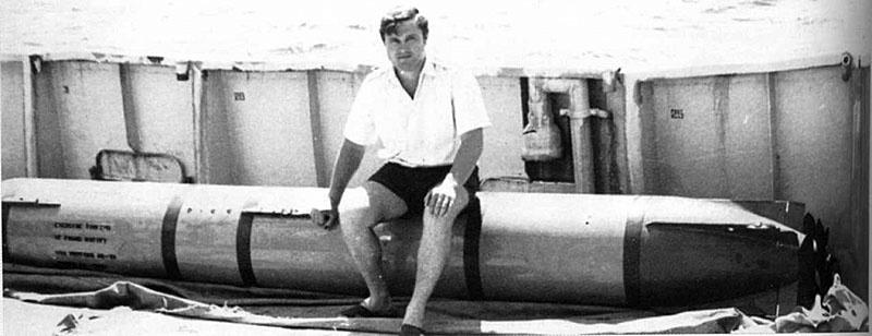 Командир «Анероида» старший лейтенант Валерий Пивоваров сидит на американской торпеде.