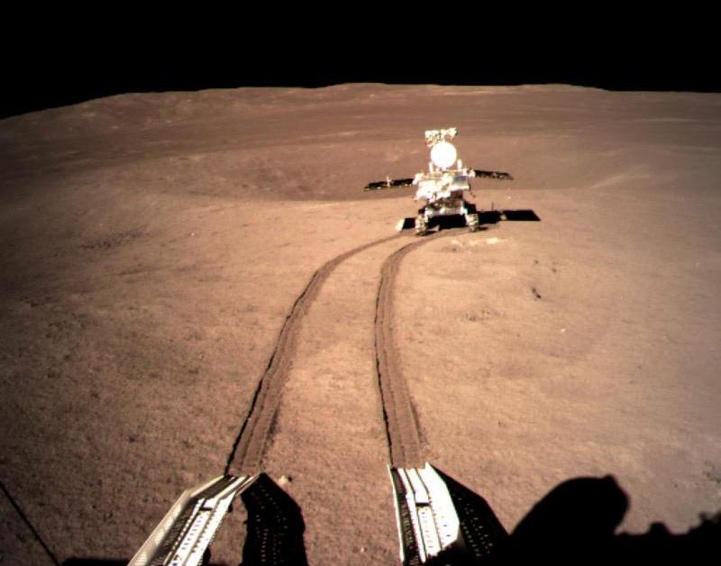 Китайский посадочный модуль «Чанъэ-4» и ровер «Юйту-2» на Луне.