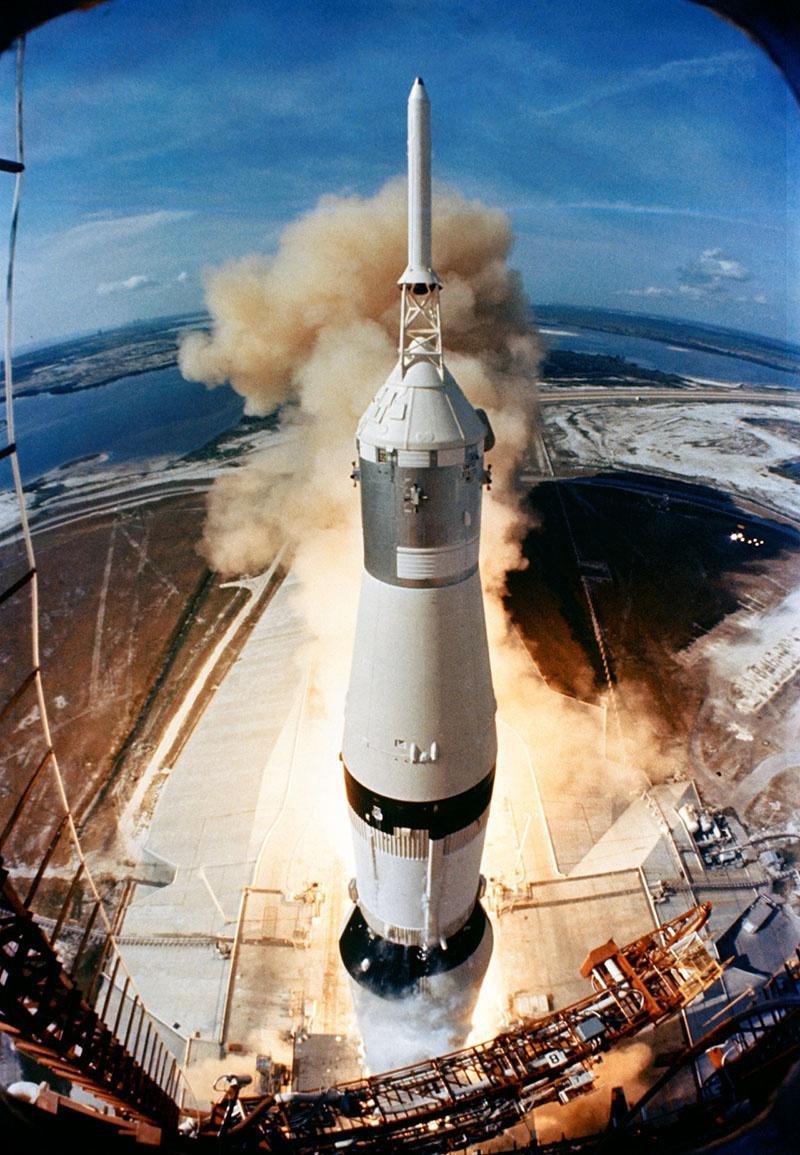 Официально для полётов на Луну американцы использовали ракету Сатурн-5, оснащённую для первой ступени пятью двигателями F-1 с тягой в 690 тонн. Но вот почему-то спустя 50 лет NASA никак не удаётся создать собственную силовую установку для ракеты Vulcan с тягой в 240 тонн.