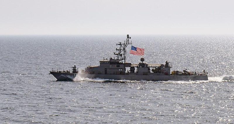 Американский патрульный корабль Whirlwind в Персидском заливе тоже не заметил атаку дронов и ракет.