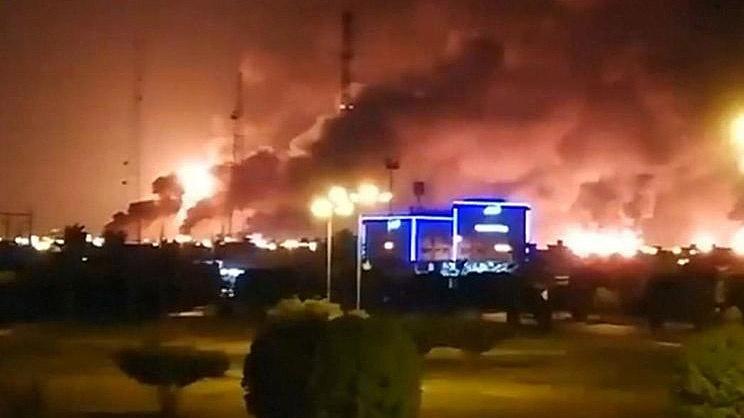 Пожар на нефтеперерабатывающем заводе Saudi Aramco.