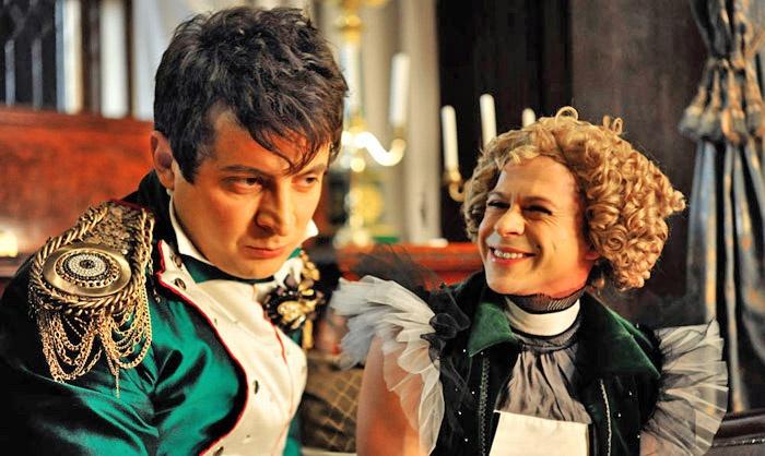 Моника Зеленски ограничивался высмеиванием или пародированием всевозможных политиков и политиканов, как .в комедии «Ржевский против Наполеона».