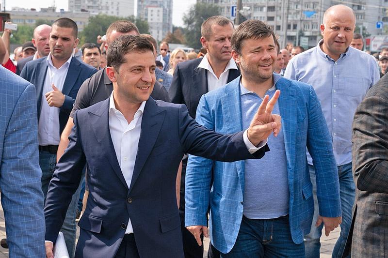 Какие перышки! какой носок! И, верно,ангельскийбытьдолженголосок! Возможно, именно «свита» и «играет» сейчас нового украинского «президента».