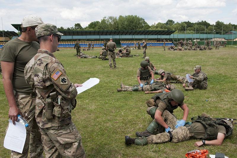 Украинские солдаты обучаются оказывать помощь раненым под руководством американских инструкторов.
