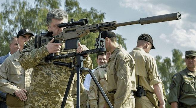 Фото на память: бывший президент Порошенко лично опробовал поставленную из США снайперскую винтовку Barrett MRAD. Только удалось ли ему сделать выстрел?