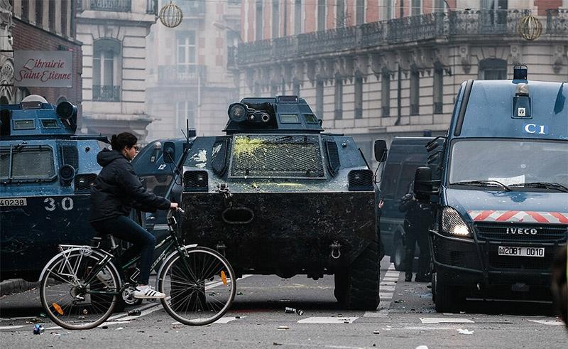 Бронетранспортёры VBRG на парижской улице.