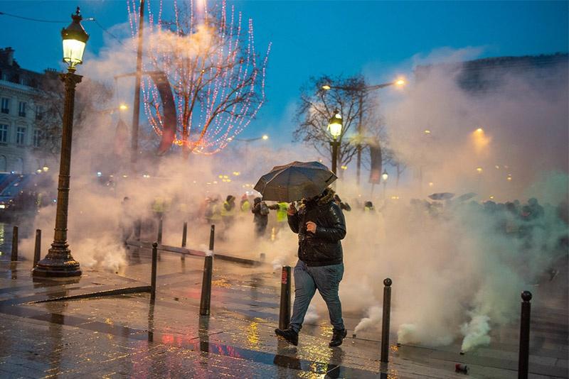 Париж в облаках слезоточивого газа.