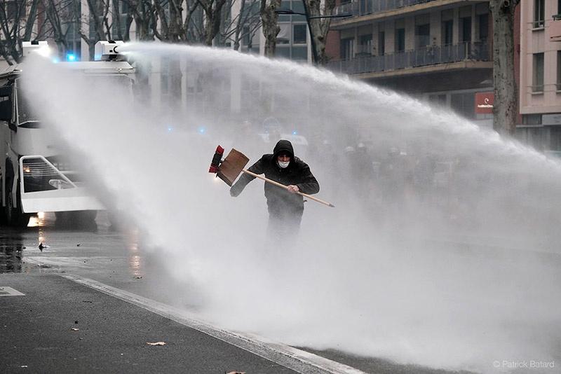 Водомёт - основное оружие национальной полиции Франции.