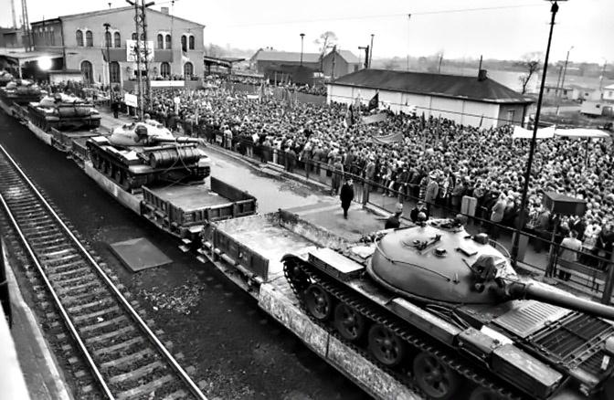 Вывод советских войск из ГДР. Митинг в г. Виттенберге, откуда отправился первый эшелон советских танков.