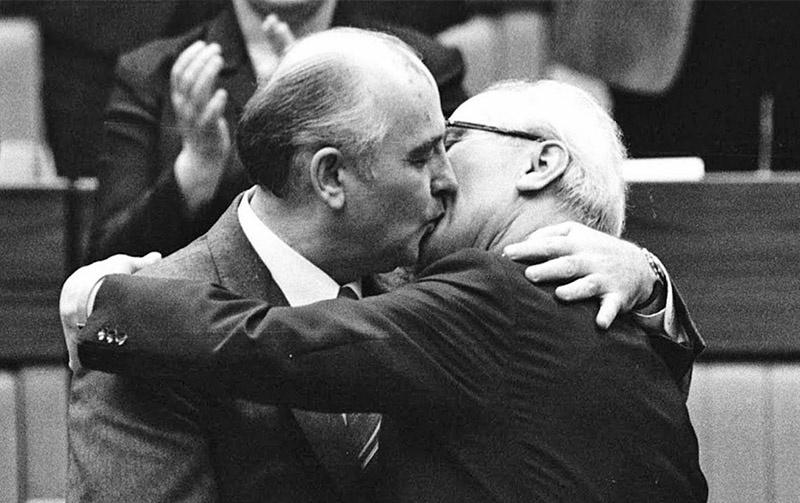 Поцелуй «Иуды» и «распятие» берлинской стены.