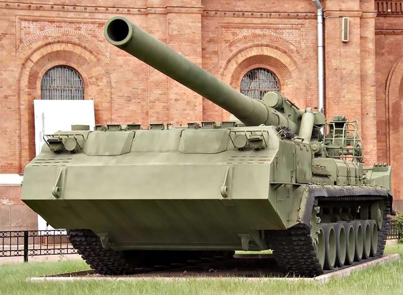 Самоходную пушку 2С7, под наименованием «Пион», приняли на вооружение Советской армии в 1975 году.