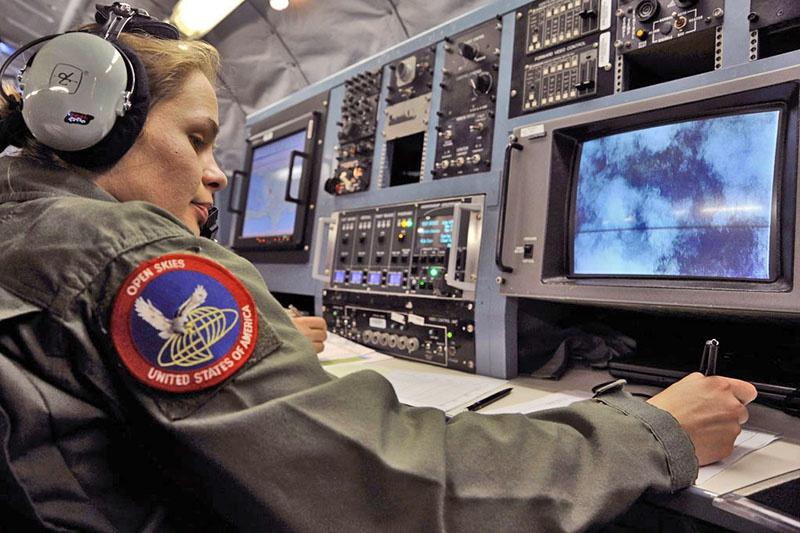 Оператор американского самолёта программы «Открытое небо» за работой. Американская сторона использует самолёты типа ОС-135В.