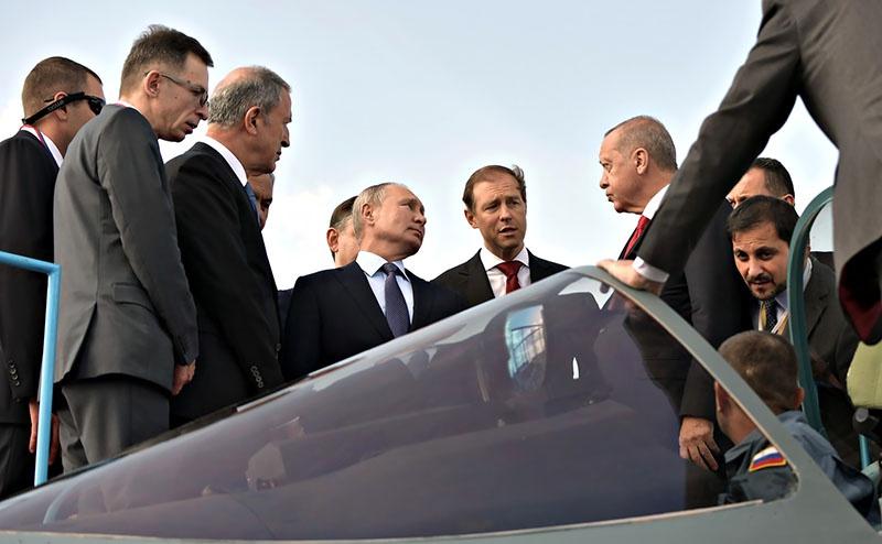 Президент РФ Владимир Путин и президент Турции Реджеп Тайип Эрдоган осматривают российский многофункциональный истребитель Су-57.