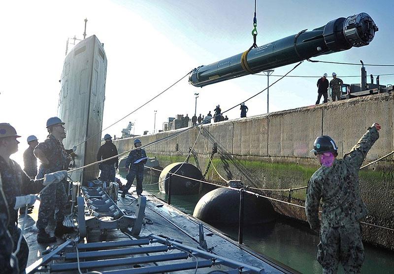 Погрузка торпеды Mark 48 ADCAP на подводную лодку.