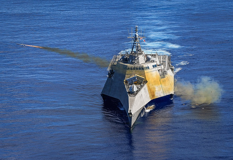 USS Gabrielle Giffords выпускает ракеты Naval Strike Missile по списанному фрегату USS Ford.