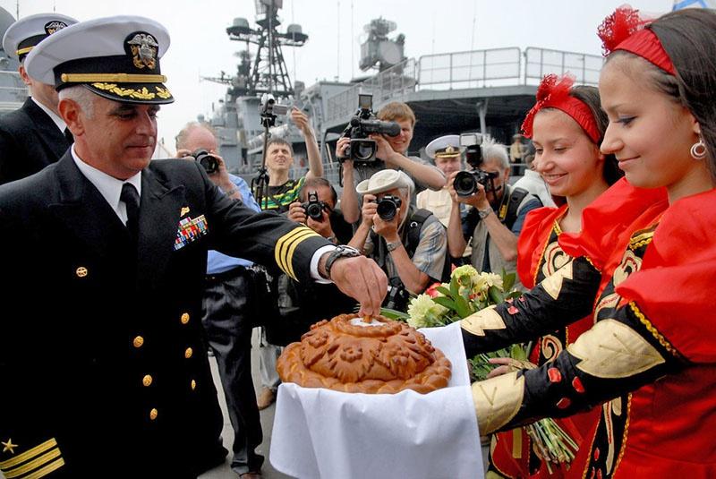 Капитана USS Ford Дональда Фосса тепло встречают во Владивостоке.