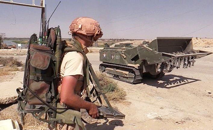 Инженерная бронетехника во время мероприятий по разминированию сирийского города Дейр-эз-Зор.