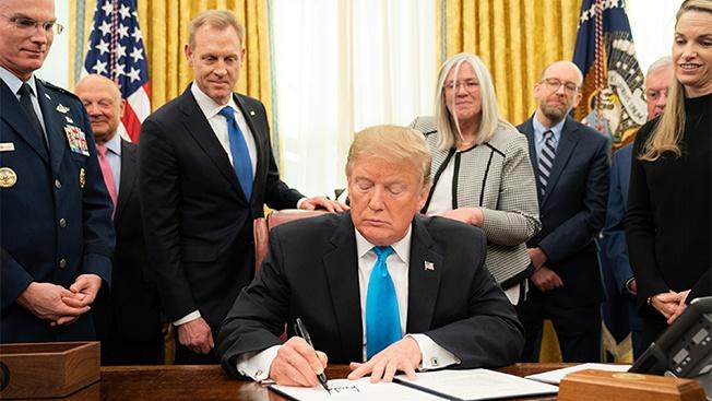 Дональд Трамп подписывает документ о создании Космических войск США.