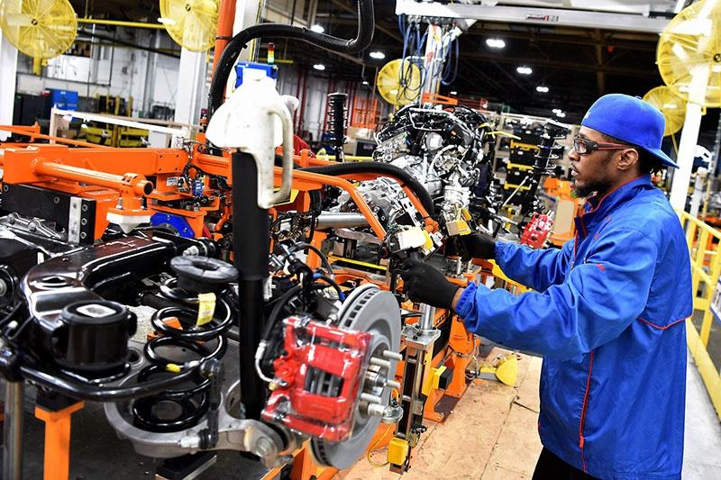 На автозаводах рабочие специально выводили из строя оборудование, чтобы им платили сверхурочные.