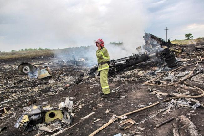 На месте крушения малайзийского самолёта «Boeing 777» в районе города Шахтёрск Донецкой области.