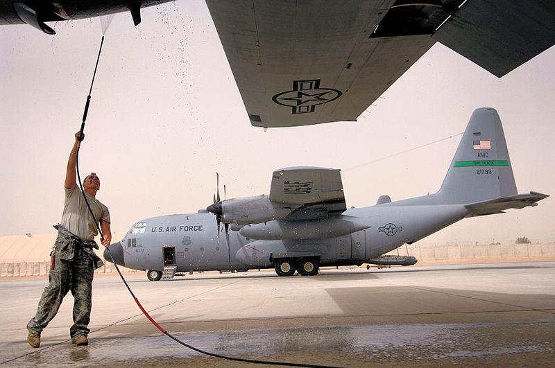 Транспортный самолёт армии США на базе «Balad Air Base» в Ираке.