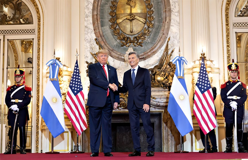 Информация о сговоре Макри с США относительно американских баз на аргентинской земле всплыла в тот момент, когда стало известно, что США пролоббировали для Аргентины тот самый кредит МВФ в 50 млрд долларов.