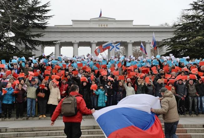 Жители Севастополя приветствуют возвращение Крыма в Россию.