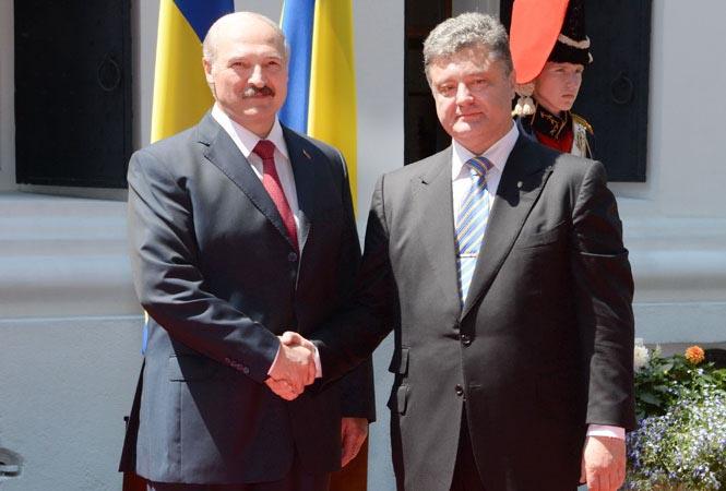 В пику позиции России Лукашенко заявил о недопустимости федерализации Украины и посетил инаугурацию Порошенко.