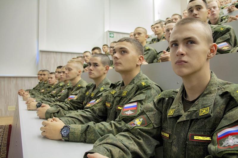 За гуманитарным наполнением учебных дисциплин открывается ряд ассоциаций, указывающих на высоконравственное содержание военной службы в Российской армии.