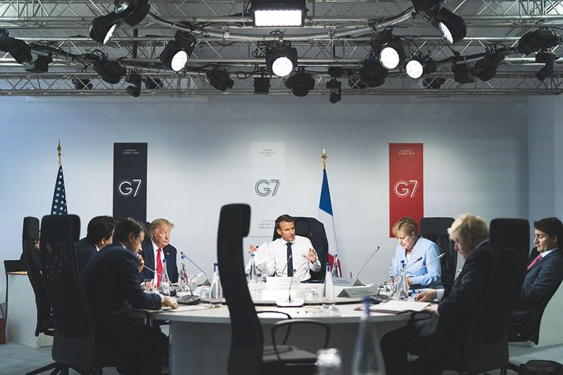 Макрон с взглядом участников G7 на Россию определённо вынужден считаться.