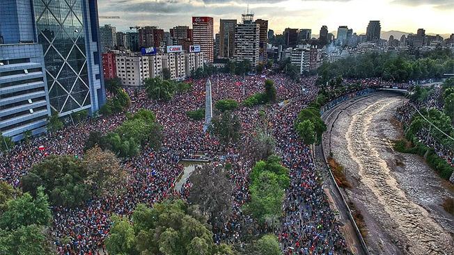 Чилийцы протестуют против сегрегированной системы социальной защиты, которая не гарантирует всеобщих социальных прав и которая была воплощена и до сих пор действует в их стране по рецептам американского экономического «гуру» Фридмана.