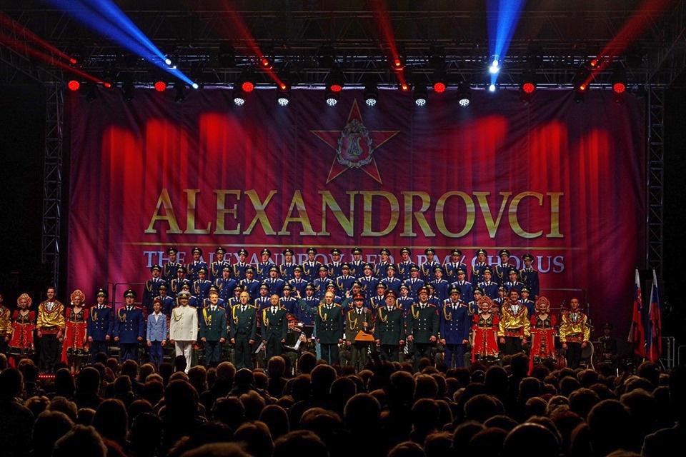 Зал стоя приветствует Академический ансамбль песни и пляски Российской Армии имени А.В. Александрова.