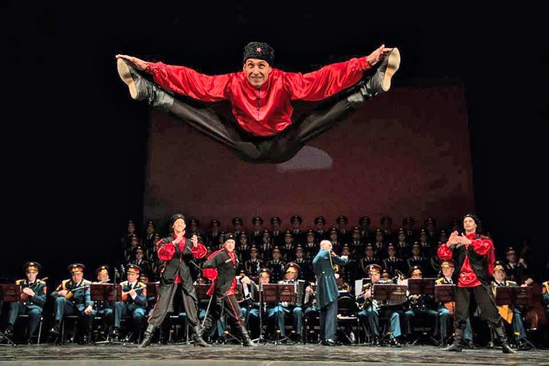 В Александровский ансамбль песни и пляски встроен маленький ансамбль народного танца.
