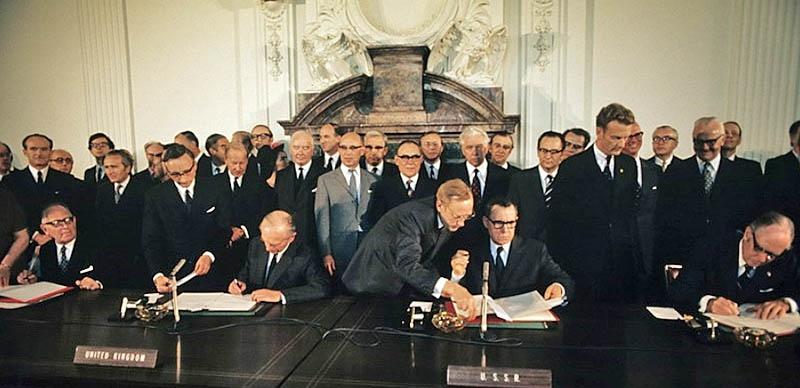 Подписание Договора о запрещении испытаний ядерного оружия в атмосфере, космическом пространстве и под водой.
