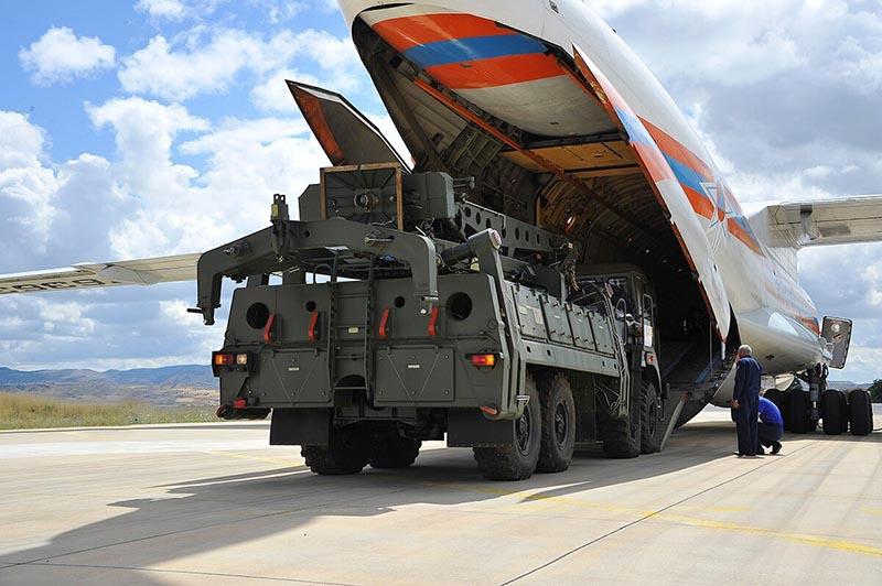 Разгрузка российских зенитных ракетных систем С-400 в Турции.
