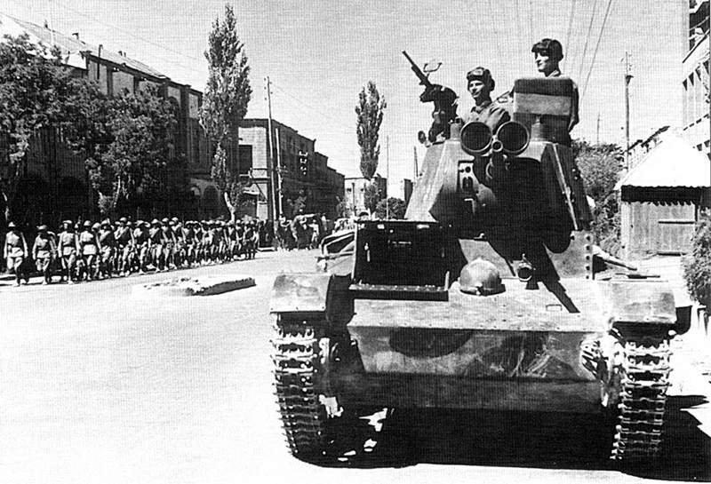 Советский танк Т-26 на улице Тебриза.