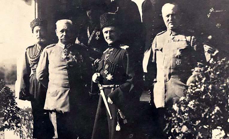 Немецкие генералы со своим ставленником гетманом Павлом Скоропадским.