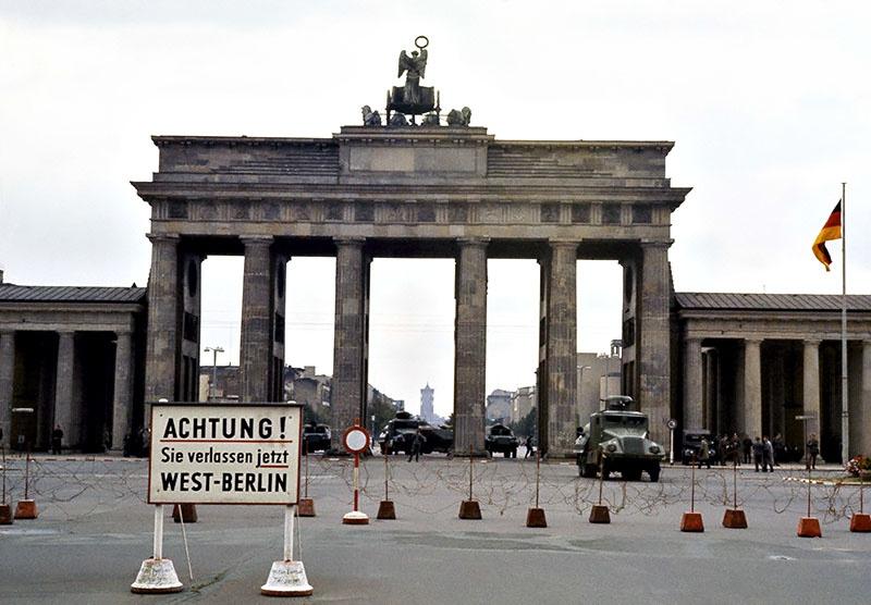 Западный Берлин - англосаксонский анклав, оказавшийся в центре ГДР, - мина замедленного действия.