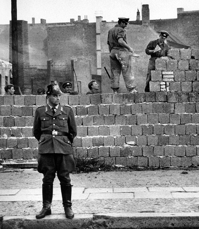 В 1961 году вокруг Западного Берлина появилась стена, которую с восточной стороны называли «Антифашистским оборонительным валом», а с западной - «Стеной позора».