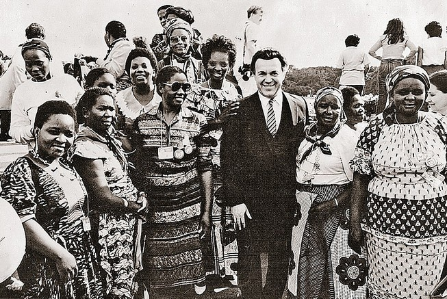 Иосиф Кобзон после концерта в Анголе, 1982 год.