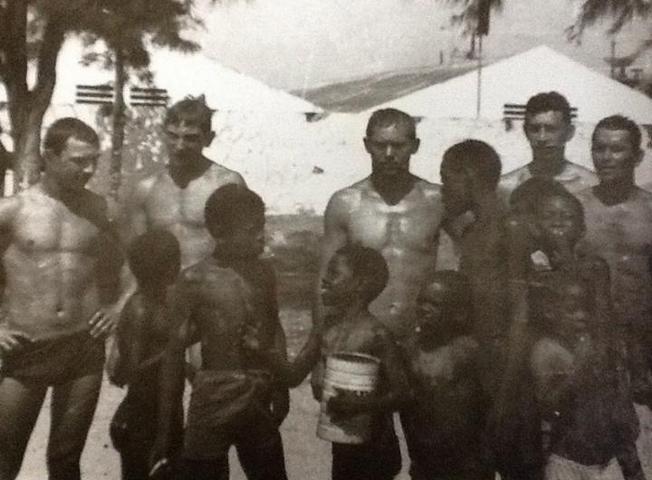 Советские матросы с ангольскими детьми.
