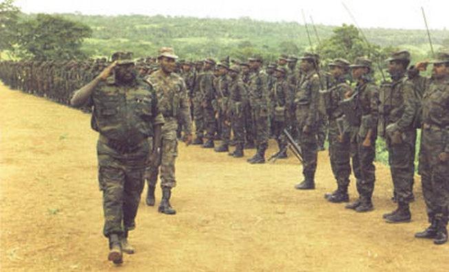 Министр обороны Анголы генерал-полковник Педру Мария Тонья - «Педале» проверяет полевую выучку войск, 1985 г.