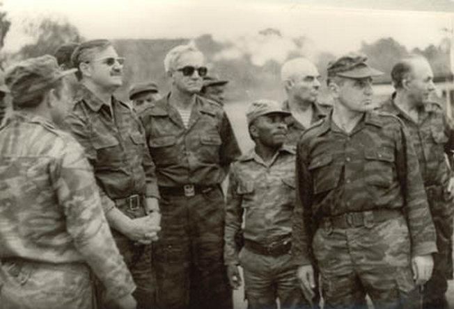 Рекогносцировка в южных провинциях Анголы в ходе визита в НРА военной делегации ГШ ВС СССР во главе с заместителем генштаба генералом армии В. Варенниковым (второй слева). Справа от него ГВС в Анголе генерал-полковник К. Курочкин, 1984 г.