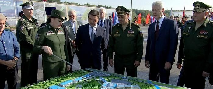 У макета будущего Центра военно-патриотического воспитания и подготовки граждан к военной службе «Авангард».