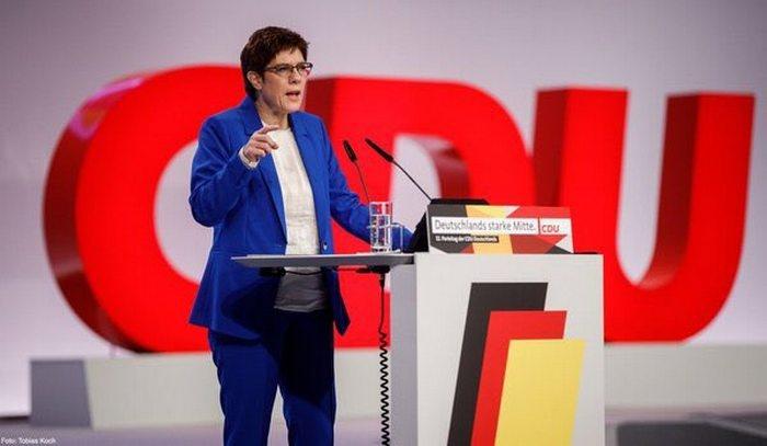 Аннегрет Крамп-Карренбауэр выступает на съезде ХДС.