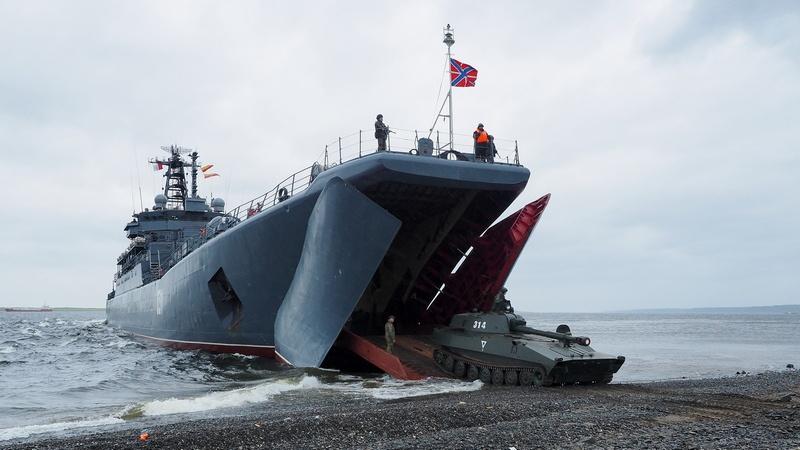 Морские пехотинцы Северного флота высаживаются на необорудованное побережье.