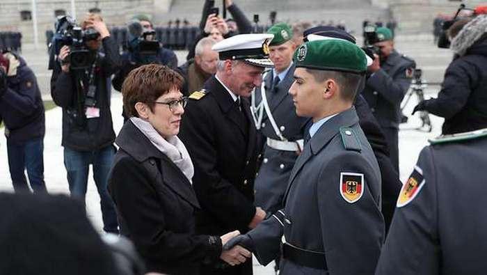 Новый министр обороны Германии Аннегрет Крамп-Карренбауэр поздравляет новобранцев с принятием присяги.